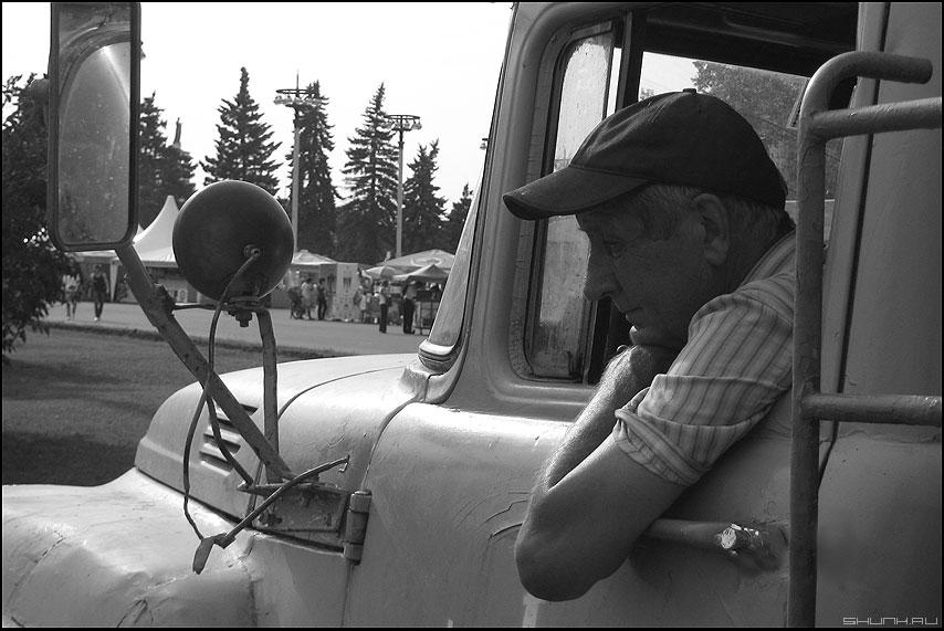 Водитель - портрет профессия грузовик кабина монохром мужик взгляд фото фотосайт