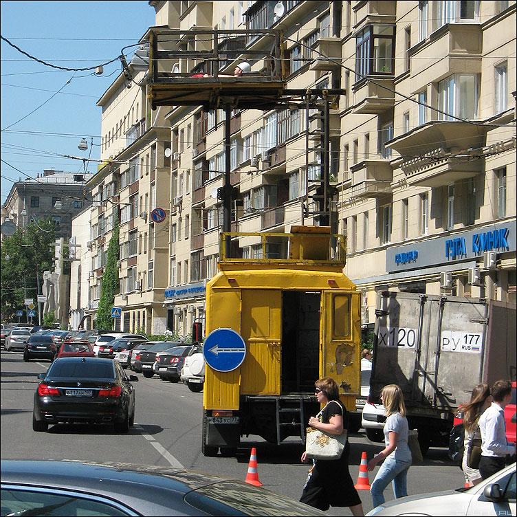 Найди человека в белой каске - рабочий электрик аварийная уличное профессия фото фотосайт