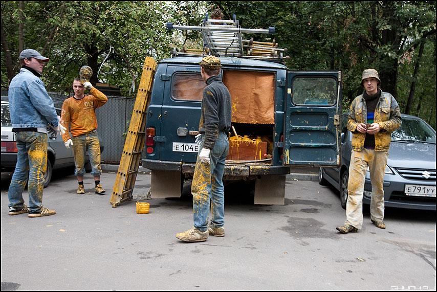 Повелители желтого цвета - краска желтая маляры красить профессия фото фотосайт