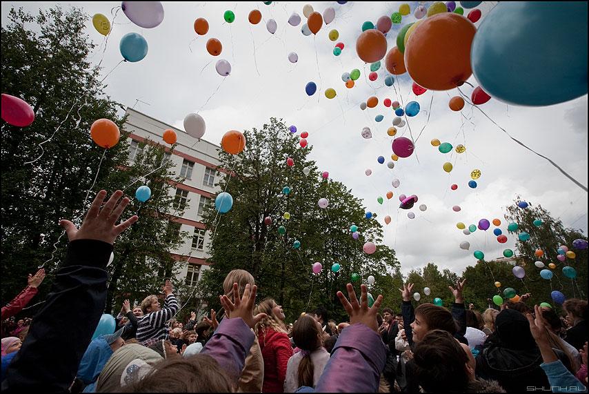 Шарики - шарики ручки небо школа дети праздник фото фотосайт