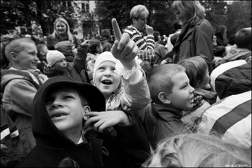 Вижу но не слышу - дети монохром сентябрь школьное фото фотосайт