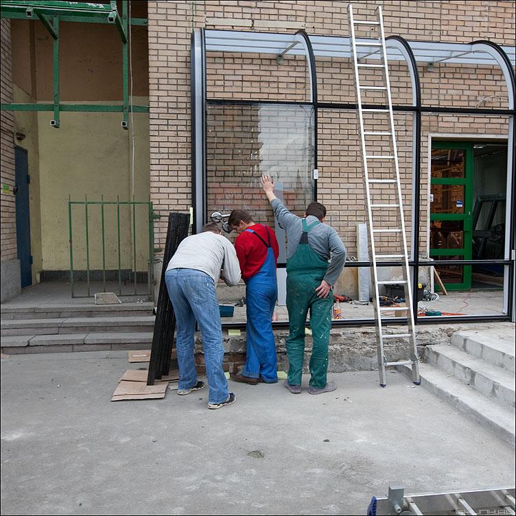 Стекольщик с протянутой рукой - стекольщик профессия уличное квадратное разноцветные фото фотосайт