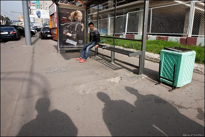 Иван Царевич и три богатыря - остановка трое тени уличное красные ботинки реклама фото фотосайт