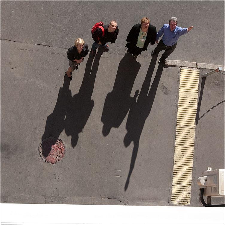План полета - тени люди уличное квадратное из окна фото фотосайт