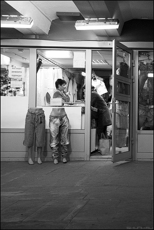 Про ноги - ноги монохромное продавец переход фото фотосайт