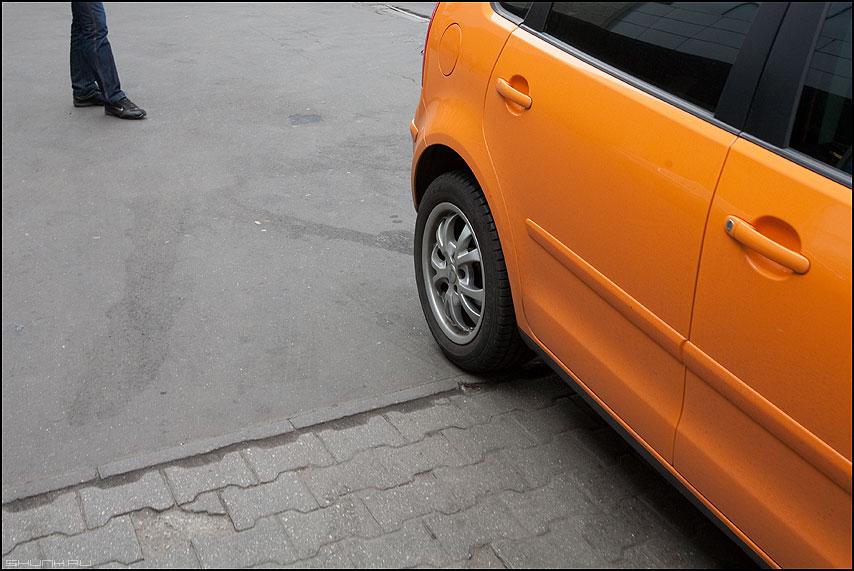 Оранжевое... - палитра оранжевый цвет колесо авто ноги уличное фото фотосайт