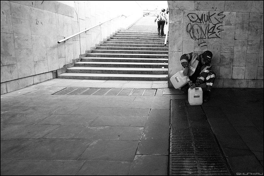 Переливать - переход подземный канистры ступени монохромное профессии фото фотосайт