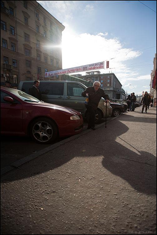 Случай у красного автомобиля - небо солце контр дяденька тень автомобиль уличное фото фотосайт