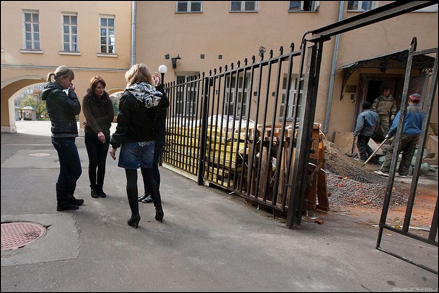 Бабы вышли покурыть - курить девушки забор работа уличное фото фотосайт