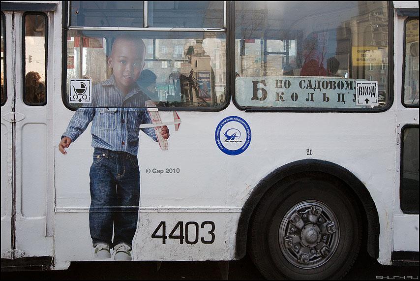 Символично - троллейбус реклама мальчик негр колесо б фото фотосайт