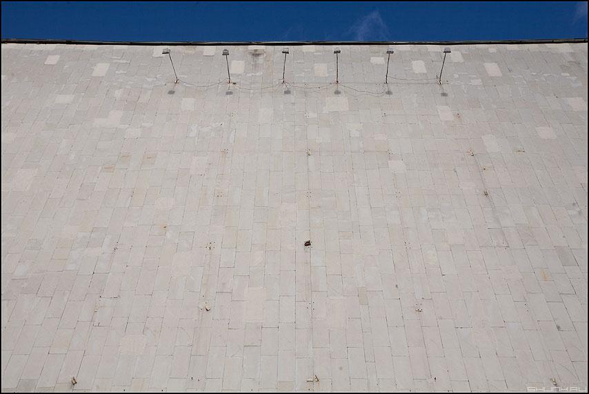 * * * - архитектура стена предрассудок небо синее плитка тени фото фотосайт