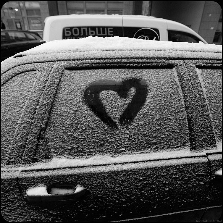 Больше любви - сердце квадратное снег зима монохромное фото фотосайт