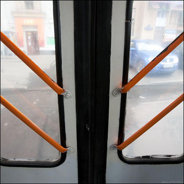 Пересекающиеся параллели - двери троллейбус линии элементы квадратик фото фотосайт