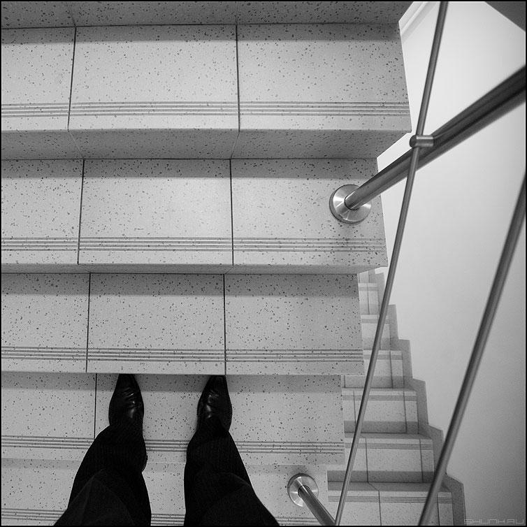 Искажение пространства и времени - пространство геометрия ноги квадратное монохром фото фотосайт