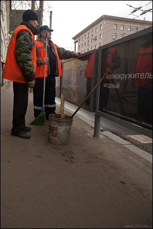 * * * - дворники уличное оранжевое фото фотосайт