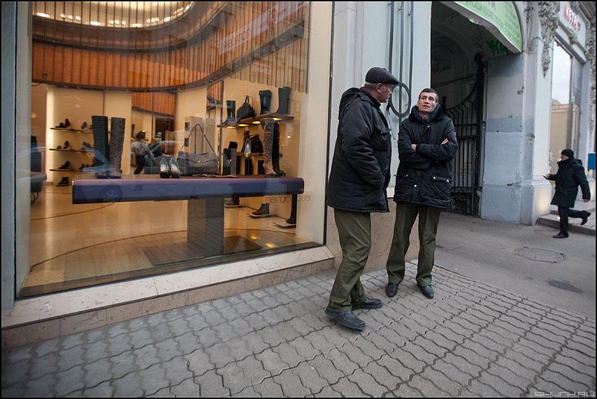 Разговор двух парковщиков или Человек в черном - люди профессии парковщики уличное витрина человек фото фотосайт