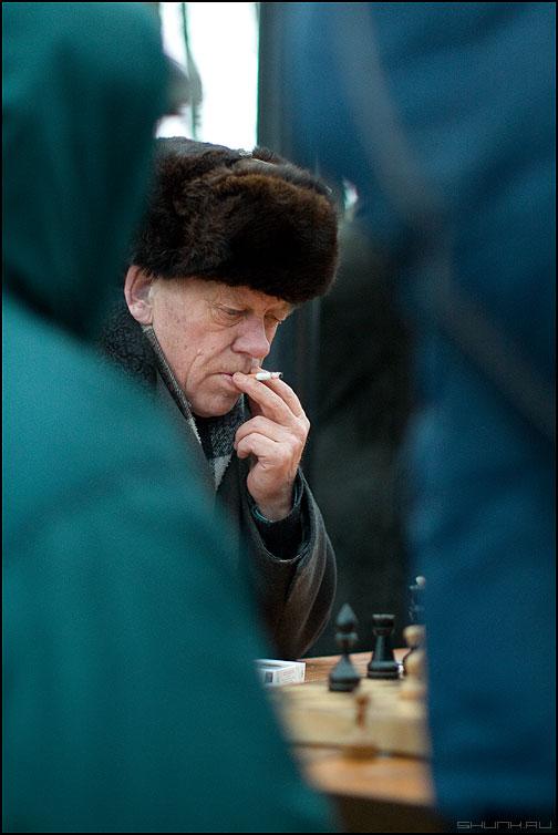 * * * - шахматы мужик сигарета курить привычка вредная парк фото фотосайт