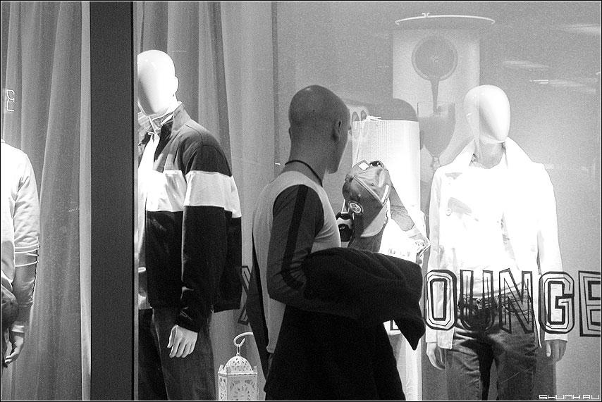 Нашел своих - лысый человек маникены близнец магазин витрина фото фотосайт