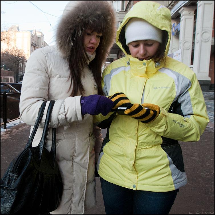- Напиши ему, что ты его бросаешь! - парочка девушки зима куртки билайн полоски варежки мобильный фото фотосайт