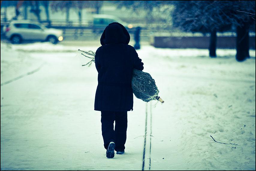 Старый год уходит - елка уличное обработка женщина чернео польто уличное предновогоднее фото фотосайт