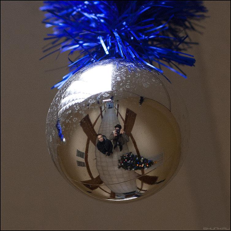 С новым, 2011, годом! - новый год новогоднее шарик отражение елка работа коридор фото фотосайт