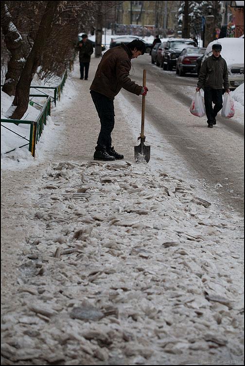Сферический дворник 21 века в вакууме - дворник лопата снег собянин жкх комуналщики 21 век фото фотосайт