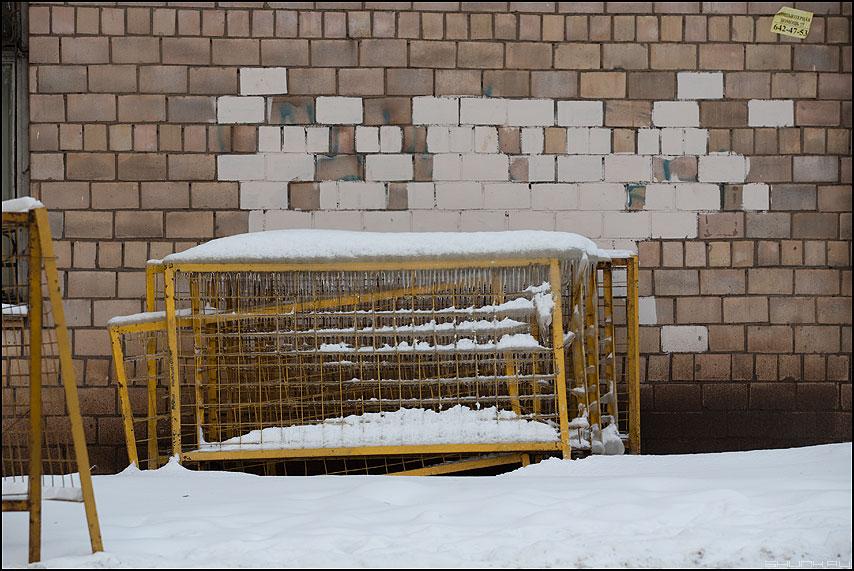 Пикселизация заледенелых решеток - стена кирпичи ограждения зима лед комунальщики краска пиксели фото фотосайт