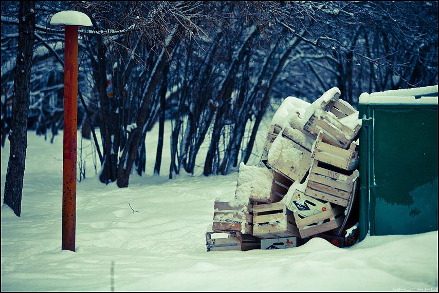 Апельсины съедены - коробки столб обработка снег зимнее уличное мусор фото фотосайт
