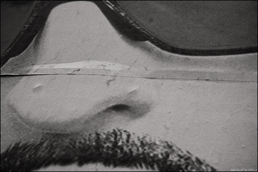 У Вас ус отклеился... - ус монохром нос очки реклама уличное фото фотосайт
