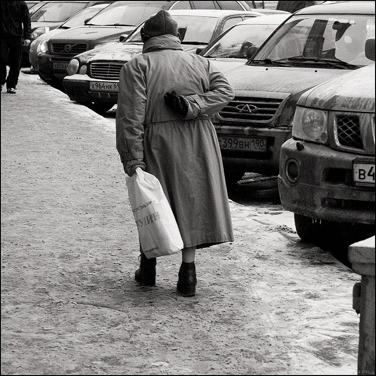 * * * - бабушка уличное квадратное рука спина фото фотосайт