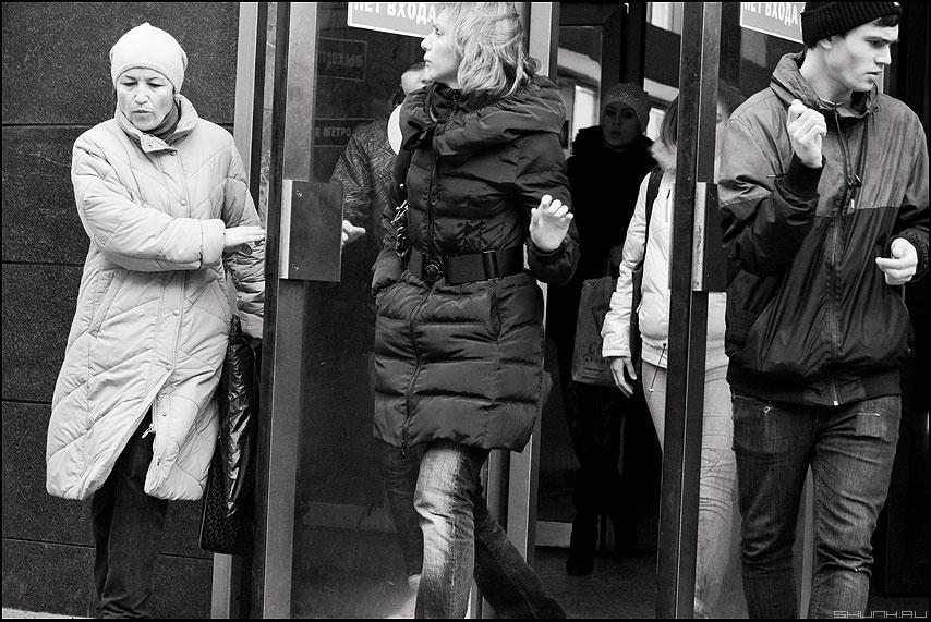 Растерянность - метро выход люди монохромное маяковская люди фото фотосайт