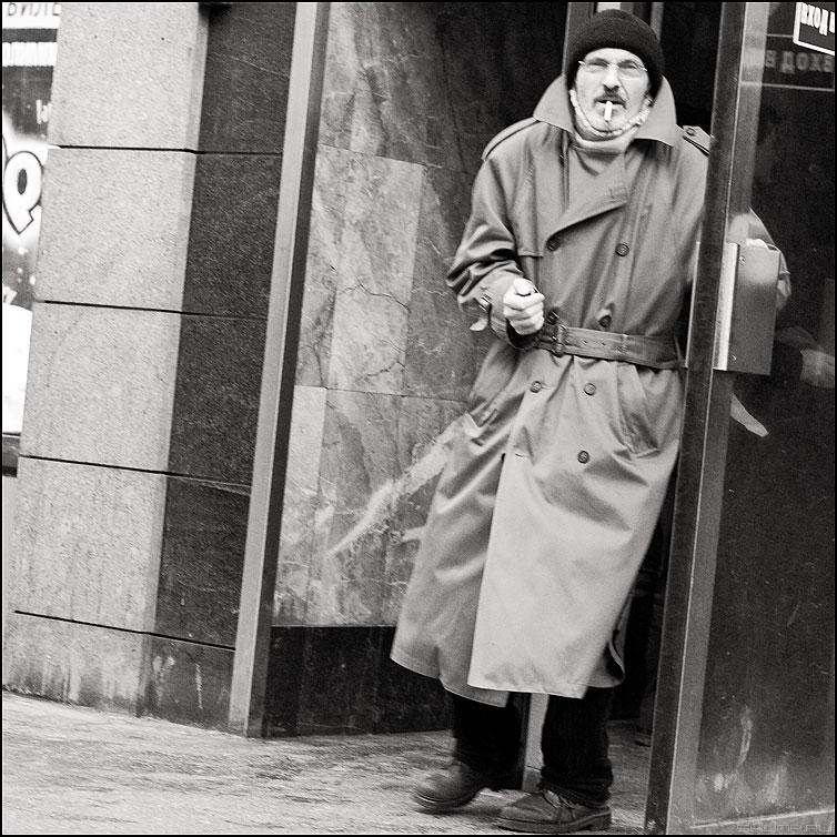 Курить - метро выход люди монохромное маяковская люди фото фотосайт