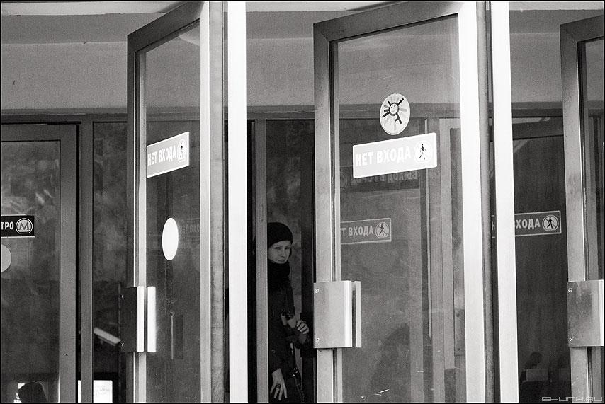 Хитро - метро выход люди монохромное маяковская люди фото фотосайт