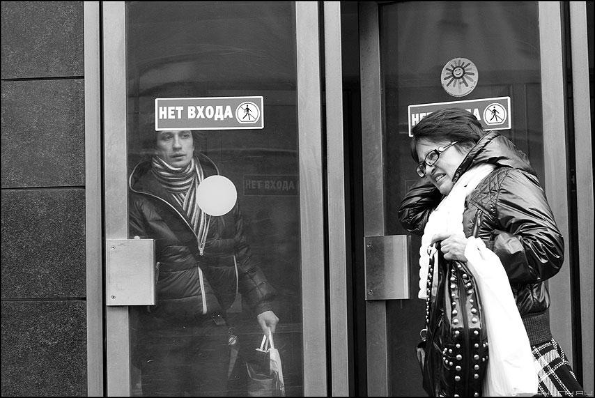 Нет входа - метро выход люди монохромное маяковская люди фото фотосайт