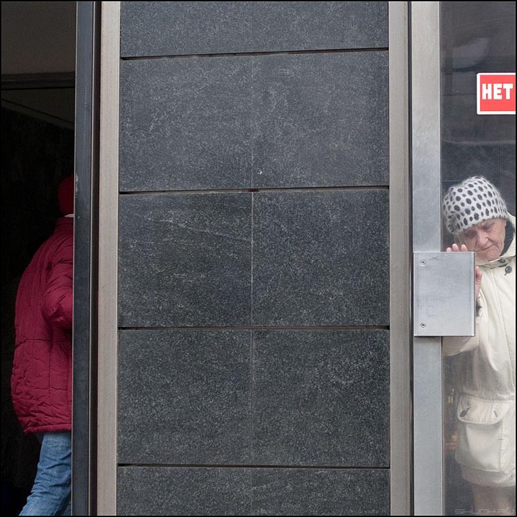 Выход и вход всегда рядом, если это не одно и то же - вход выход метро люди красное вкадратное фото фотосайт