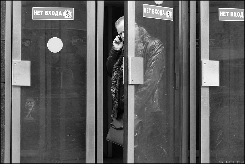 Выход из последнего вагона - метро выход люди монохромное маяковская люди фото фотосайт