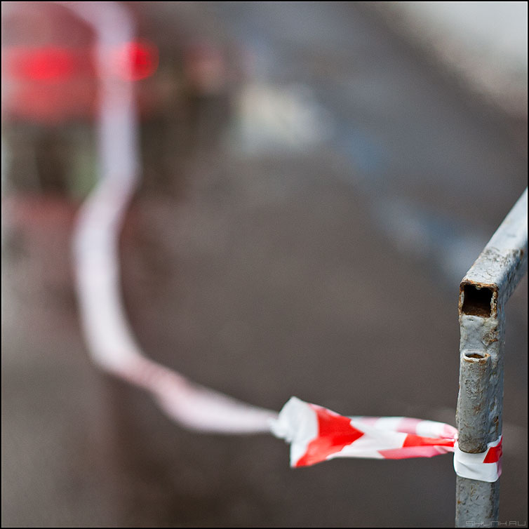 Ленточка - лента ограда уличное грип цветное полосатая фото фотосайт