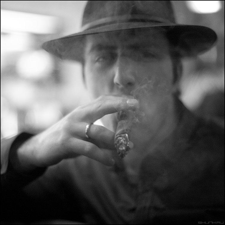 Смок - сигара квадратное кольцо портрет монохромное фото фотосайт