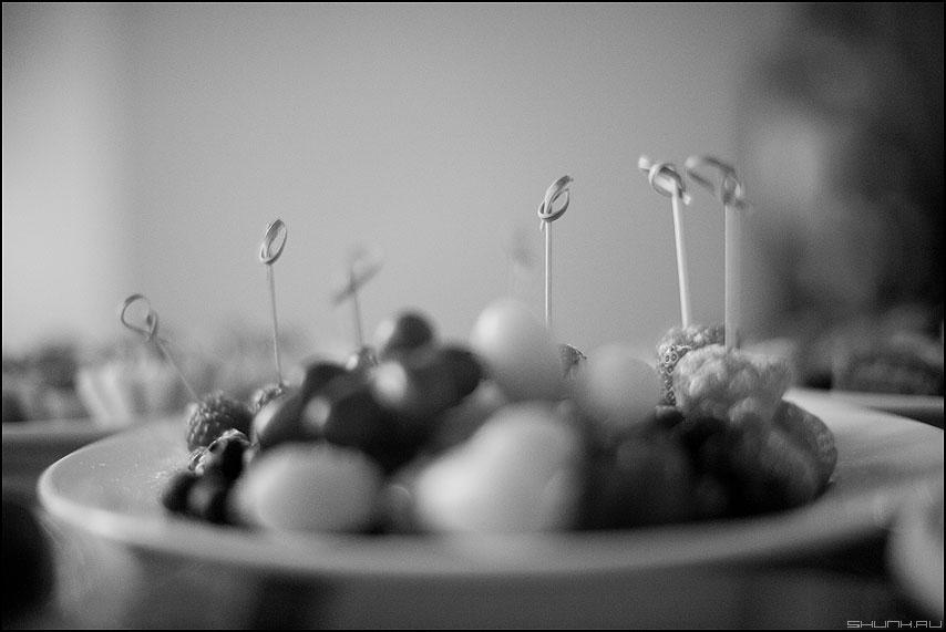 Ягодки - тарелка еда монохромное ресторан канапе фото фотосайт