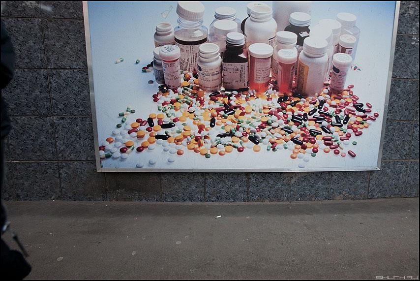 Колесики - реклама таблетки баночки уличное элементы фото фотосайт