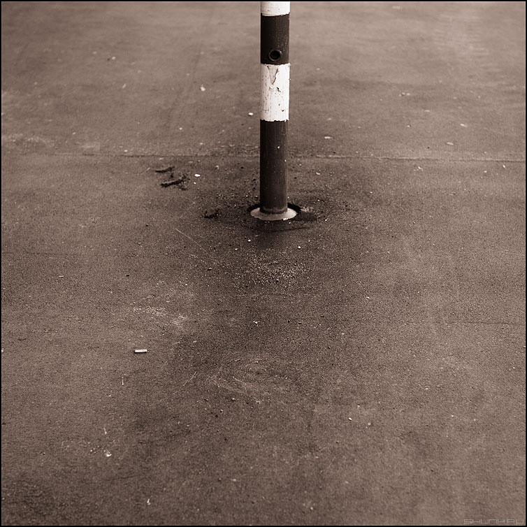 Закатать в асфальт - асфальт квадратное столбик полосатое уличное элемент фото фотосайт