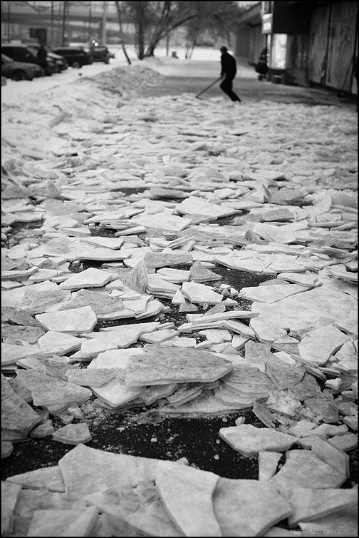 Ледокол Иван Красин - дворник монохромное уличное ледокол снег тротуар зима фото фотосайт