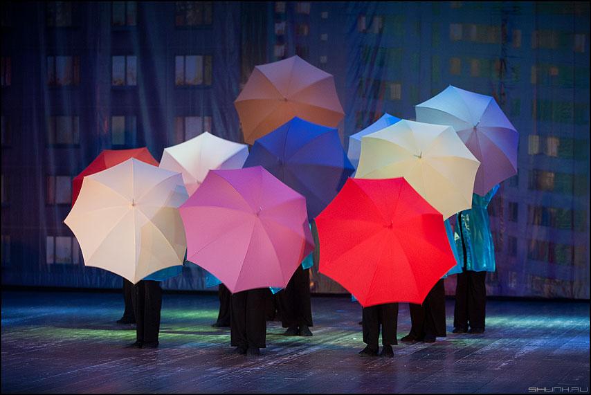 Дождь - балаганчик представление творчество зонты сцена фото фотосайт