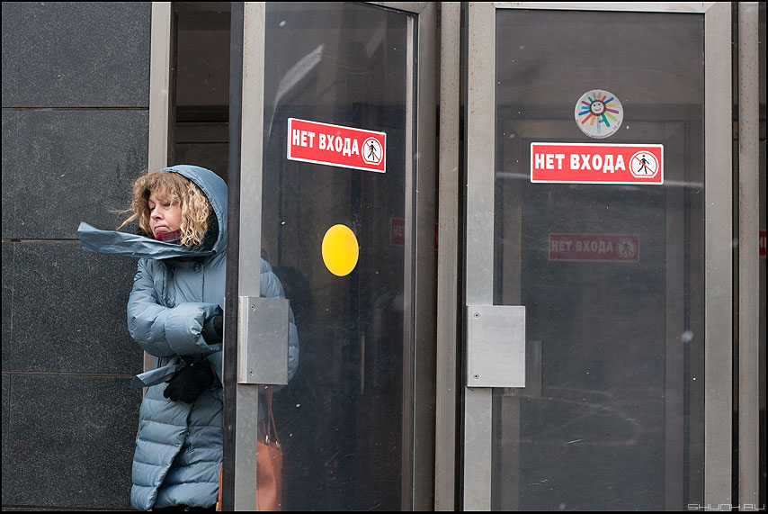 Ветер с моря дул - метро выход ветер сквозняк круг женщина фото фотосайт