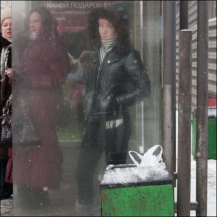 За стеклом - остановка квадратное буряточка уличное люди фото фотосайт