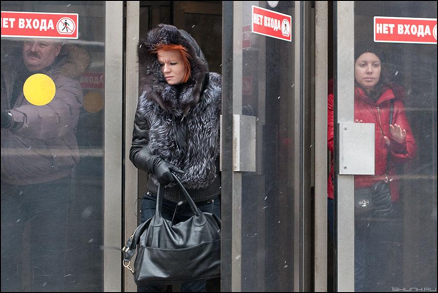 Фотофиниш - метро выход ветер сквозняк круг женщина люди рыжая фото фотосайт