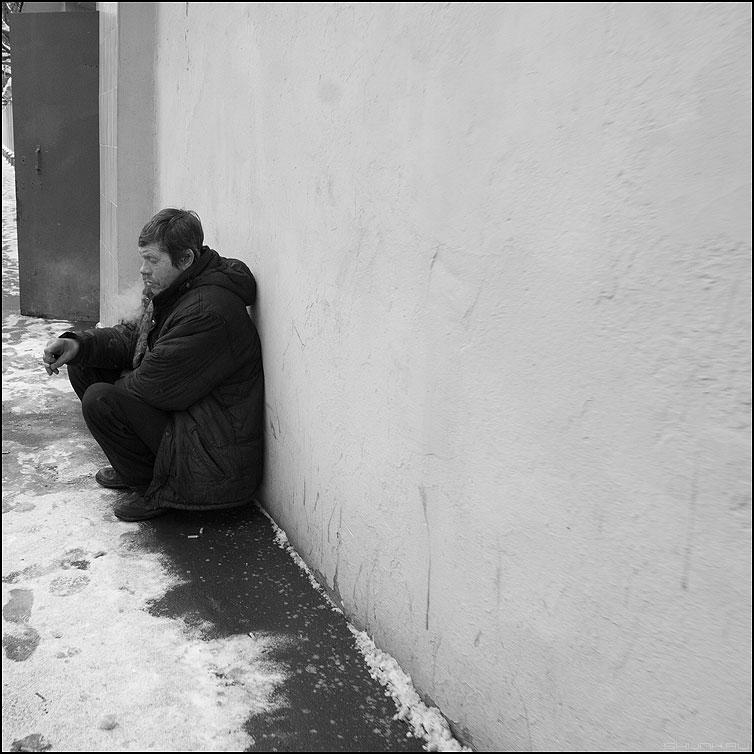 Сесть покурить - мужик дверь курить стена белое квадрат люди фото фотосайт