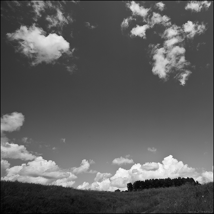 Многогранность - небо облачка монохромное квадратное фото фотосайт