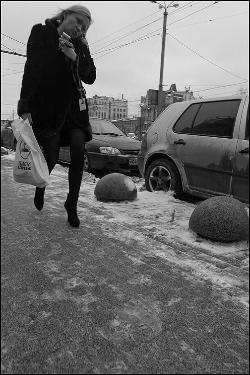 Вписалась - девушка уличное люди монохромная пакет авто фото фотосайт