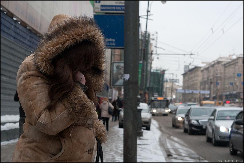Девочкой своею ты меня назови - девушка улица бесформенное пальто столб уличное фото фотосайт